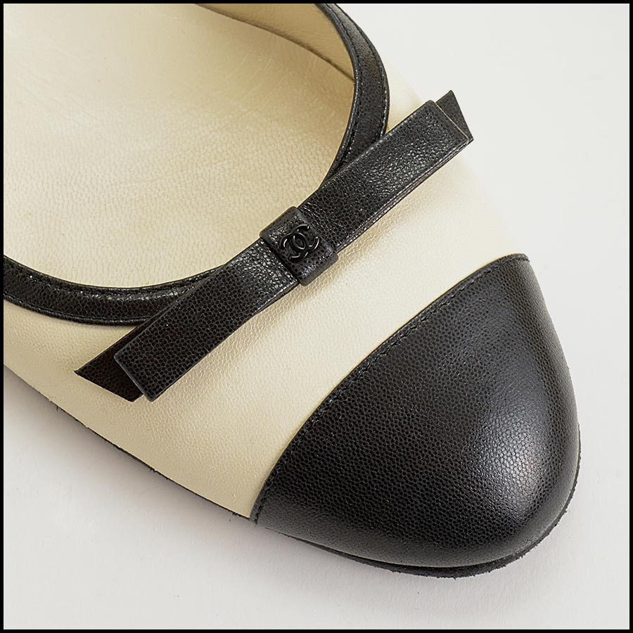 RDC11302 Chanel Ivory/Black Leather Ballet Flats Size 42 close up