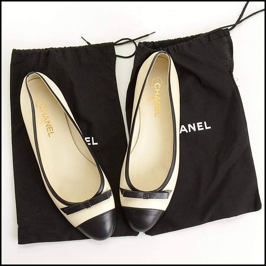 RDC11302 Chanel Ivory/Black Leather Ballet Flats Size 42 includes
