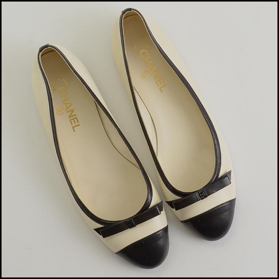 RDC11302 Chanel Ivory/Black Leather Ballet Flats Size 42 top