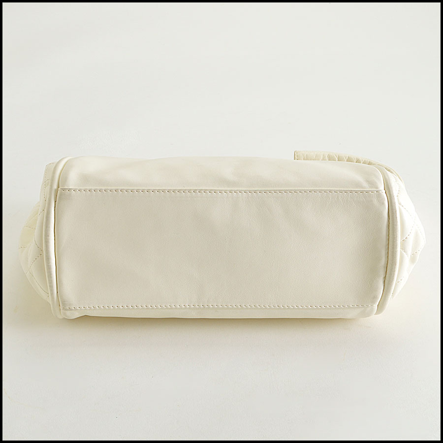 RDC8379 Ivory Lambskin Kisslock Shoulder Bag bottom