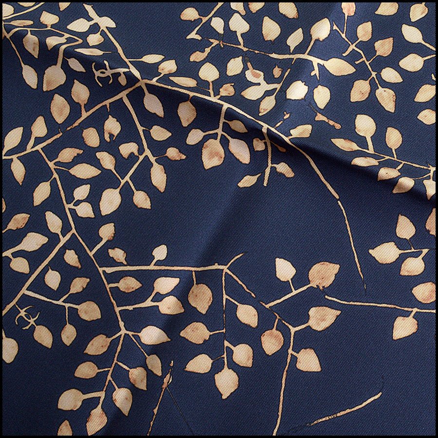 RDC9736 Chanel Cruise '18 Navy & Tan Leaves 90cm Silk Scarf close up