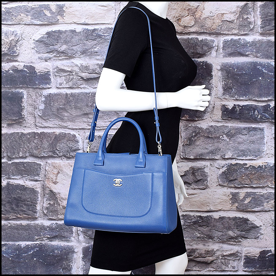 RDC9066 Chanel Neo Blue Tote model