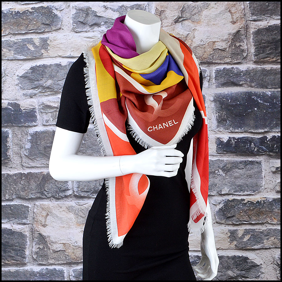 Chanel Multicolor GM Shawl Scarf manneqiun